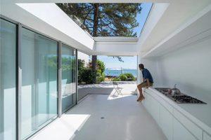 Во Франции построили дом с «поехавшей» крышей